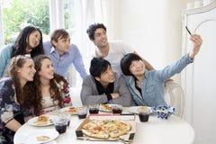 Grupp av vänner som tar självståendefotografiet Arkivbild