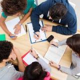 Grupp av vänner som tillsammans studerar Royaltyfri Bild