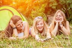 Grupp av vänner som tycker om en campa ferie royaltyfria foton