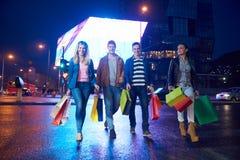 Grupp av vänner som tycker om som shoppar arkivfoton