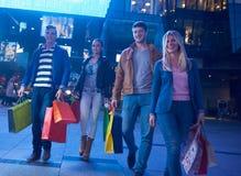 Grupp av vänner som tycker om som shoppar royaltyfri foto