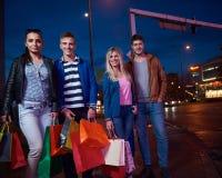 Grupp av vänner som tycker om som shoppar arkivbild