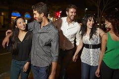 Grupp av vänner som ut tycker om natt tillsammans Arkivfoton