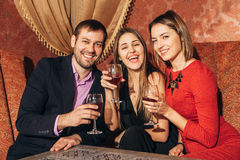 Grupp av vänner som vilar i restaurangen Arkivbilder