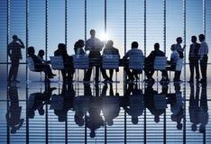 Grupp av världsaffärsfolk på ett möte Arkivbild