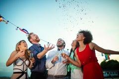 Grupp av v?nner som har gyckel och firar gruppsammankomsten royaltyfri bild