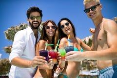Grupp av v?nner som har gyckel p? sommarsemester Livsstil-, kamratskap-, lopp- och feriebegrepp royaltyfri bild
