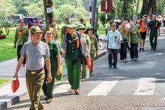 Grupp av vietnamesiska veteran som promenerar gatan i ton royaltyfri foto