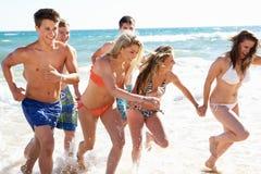Grupp av vänner på strandferie Fotografering för Bildbyråer