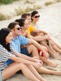 Grupp av vänner som har gyckel på stranden Royaltyfria Foton