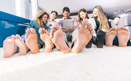 Grupp av vänner som har roligt och tillsammans spenderar tid Royaltyfri Fotografi