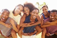 Grupp av vänner som har roligt utomhus Royaltyfri Fotografi