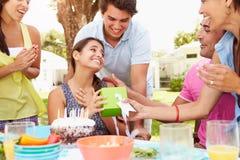 Grupp av vänner som hemma firar födelsedag Arkivfoton