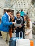 Grupp av vänner som kontrollerar riktning Arkivfoto