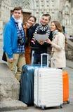 Grupp av vänner som kontrollerar riktning Royaltyfria Bilder