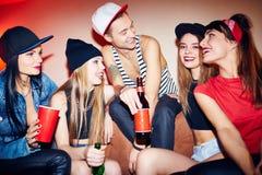 Grupp av vänner som tycker om partiet Arkivfoto