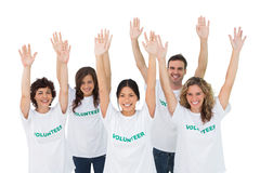 Grupp av volontärer som lyfter armar Arkivbilder