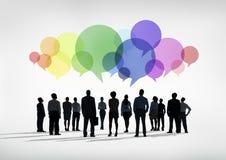 Grupp av världsaffärsfolk med den färgrika anförandebubblan Arkivfoton