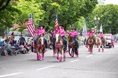 Grupp av vuxna kvinnor i rosa cowboydräkter royaltyfria foton
