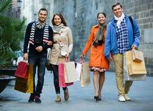 Grupp av vuxna människor med shoppingpåsar Arkivbilder