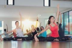 Grupp av yogaövningen och grupp i konditionmitt royaltyfri bild