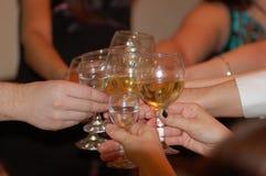 """Grupp exponeringsglas för Champagne för finka av för vänslag†""""som ringer i det nya året och julen arkivfoton"""