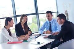 Grupp för affärsfolk i ett möte på kontoret arkivbilder