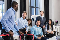Grupp för affärsfolk i idérikt kontor, afrikansk amerikanaffärsman Hold Bicycle, Team Meeting And Communicating arkivbilder