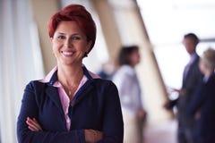 Grupp för affärsfolk, kvinna framme som lagledare arkivfoto