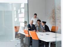 Grupp för affärsfolk på möte på det moderna startup kontoret Royaltyfria Foton