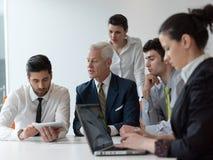 Grupp för affärsfolk på möte på det moderna startup kontoret Royaltyfri Fotografi