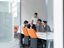 Grupp för affärsfolk på möte på det moderna startup kontoret Arkivfoto