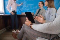 Grupp för affärsfolk som diskuterar den nya projektaffärskvinnan Presentation Report Team Brainstorming Coworking Center arkivfoton