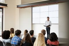 Grupp för lärareGiving Presentation To högstadium i Front Of Screen royaltyfri foto