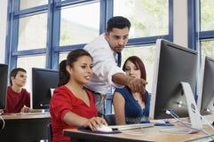 Grupp för professor Assisting Students In arkivbild
