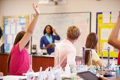 Grupp för vetenskap för lärareAnd Pupils In högstadium fotografering för bildbyråer