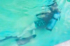 Grupp f?r dykapparatdykning i p?l Ban's som dyker mitten semesterort-CDC royaltyfri bild