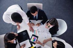 Grupp för affärsfolk i ett möte på kontoret Arkivbild