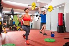 Grupp för stång för lyfta för vikt för Crossfit konditionidrottshall Royaltyfri Foto