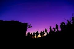 Grupp människor överst av ett berg Royaltyfri Bild