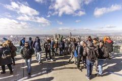 Grupp människor besöker den huvudsakliga tornskyskrapan inf Frankfurt Royaltyfri Bild