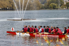 Grupp människor breda ut sig kajak på gummilacka Leman Royaltyfri Bild