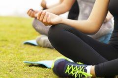 Grupp människor gör yoga royaltyfri foto