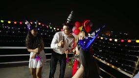 Grupp människor har ett parti för nytt år lager videofilmer