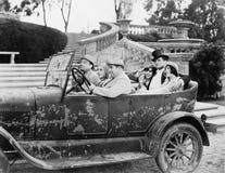 Grupp människor i en bil (alla visade personer inte är längre uppehälle, och inget gods finns Leverantörgarantier att det ska fin Royaltyfri Fotografi