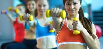 Grupp människor i en Pilates grupp på idrottshallen royaltyfria foton