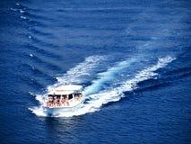 Grupp människor i ett motoriskt fartyg på havet Arkivfoto