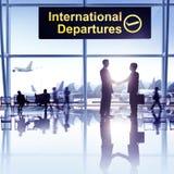 Grupp människor i flygplatsen arkivbilder