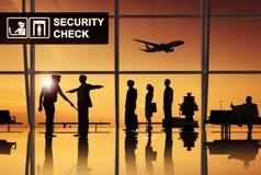 Grupp människor i flygplatsen Royaltyfri Foto