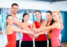 Grupp människor i idrottshallen som firar seger Royaltyfria Foton